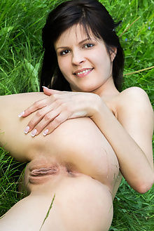 zelda b lawn rylsky outdoor brunette pussy brown eyes
