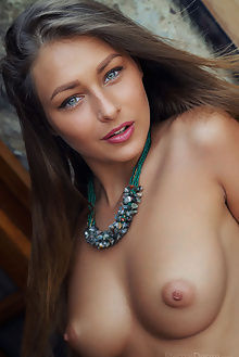 yarina a arbo arkisi outdoor brunette green tanned boobies pussy