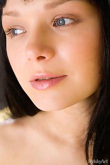 Mia in Schwarzgelb by Rylsky indoor brunette black hair blue eyes shaved