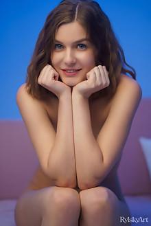 Lana Broks in Oxyeho by Rylsky indoor brunette socks shaved