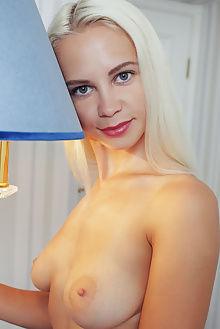 elissa nute arkisi indoor blonde green boobies pussy