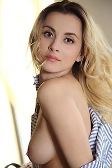 Juck in Metoi by Leonardo indoor blonde browne eyes boobies ...