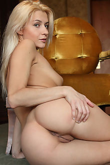 viviene pilata flora indoor blonde pussy