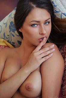 yarina amor arkisi indoor brunette green tanned boobies hips shaved ass pussy