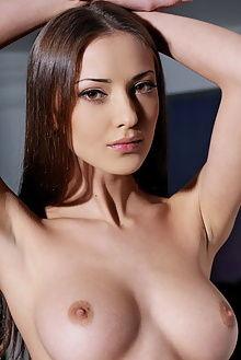 anna cadreza leonardo outdoor brunette boobies